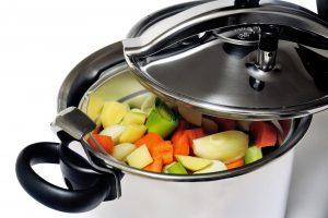 Gemüse in induktionsgeeignetem Schnellkochtopf