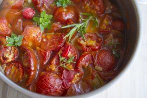Tomatensuppe kochen im Fleischtopf für Induktion