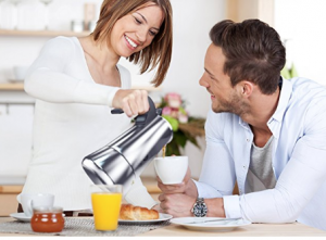 Paar trinkt Espresso