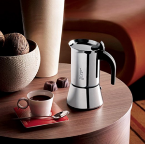 Induktionsfähiger Espressokocher auf Tisch