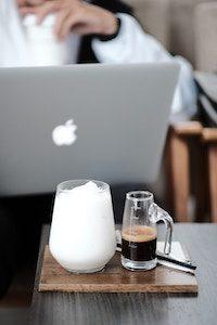 Aufgeschäumte Milch mit Espresso