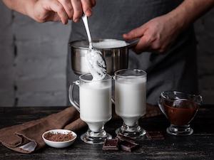 Mit einem Simmertopf lässt sich Milch einfach erhitzen