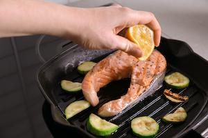 Lachs lässt sich hervorragend in einer Grillpfanne zubereiten