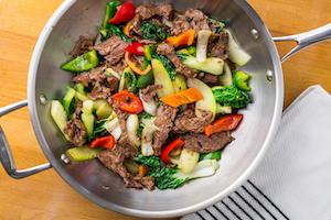 Gebratenes Rindfleisch mit Gemüse in Sauteuse