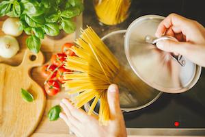 Nudeltöpfe sind hoch und schmal, perfekt für Spaghetti